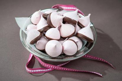 Strawberry Meringue Chocolate Kisses!